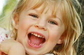 صورة تفسير حلم طفلة صغيرة تضحك