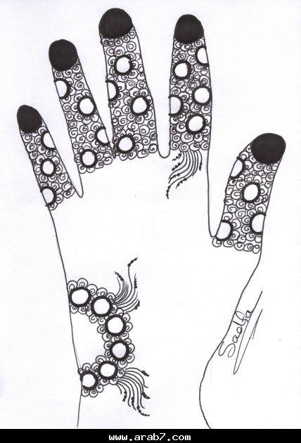 صور كيفية رسم الحنة السوداء على اليد