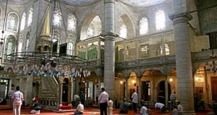 صورة الاتراك يضربون امام مسجد بسبب سرعته في الصلاة