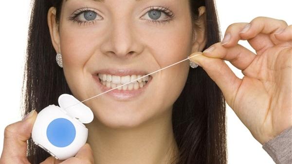 بالصور لماذا ينصح الاطباء باستخدام الخيط السني , اهم فوائد تنظيف الاسنان بالخيط 74864